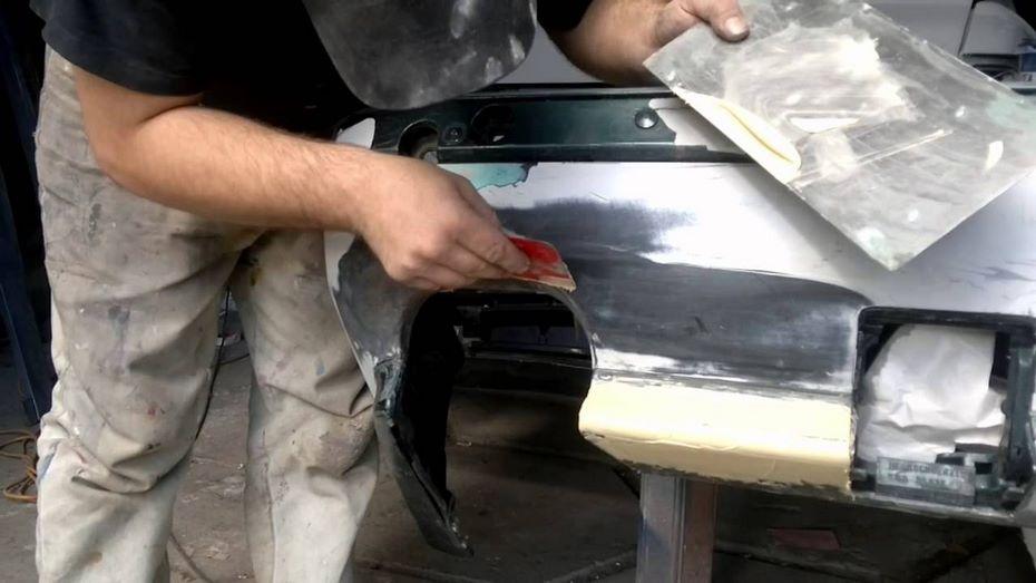 На Фото: Процесс шпаклевки пластикового бампера