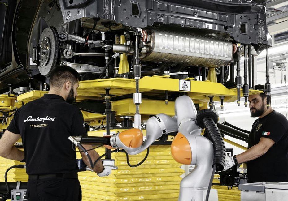 Lamborghini Urus показали вовремя сборки наконвейерной линии
