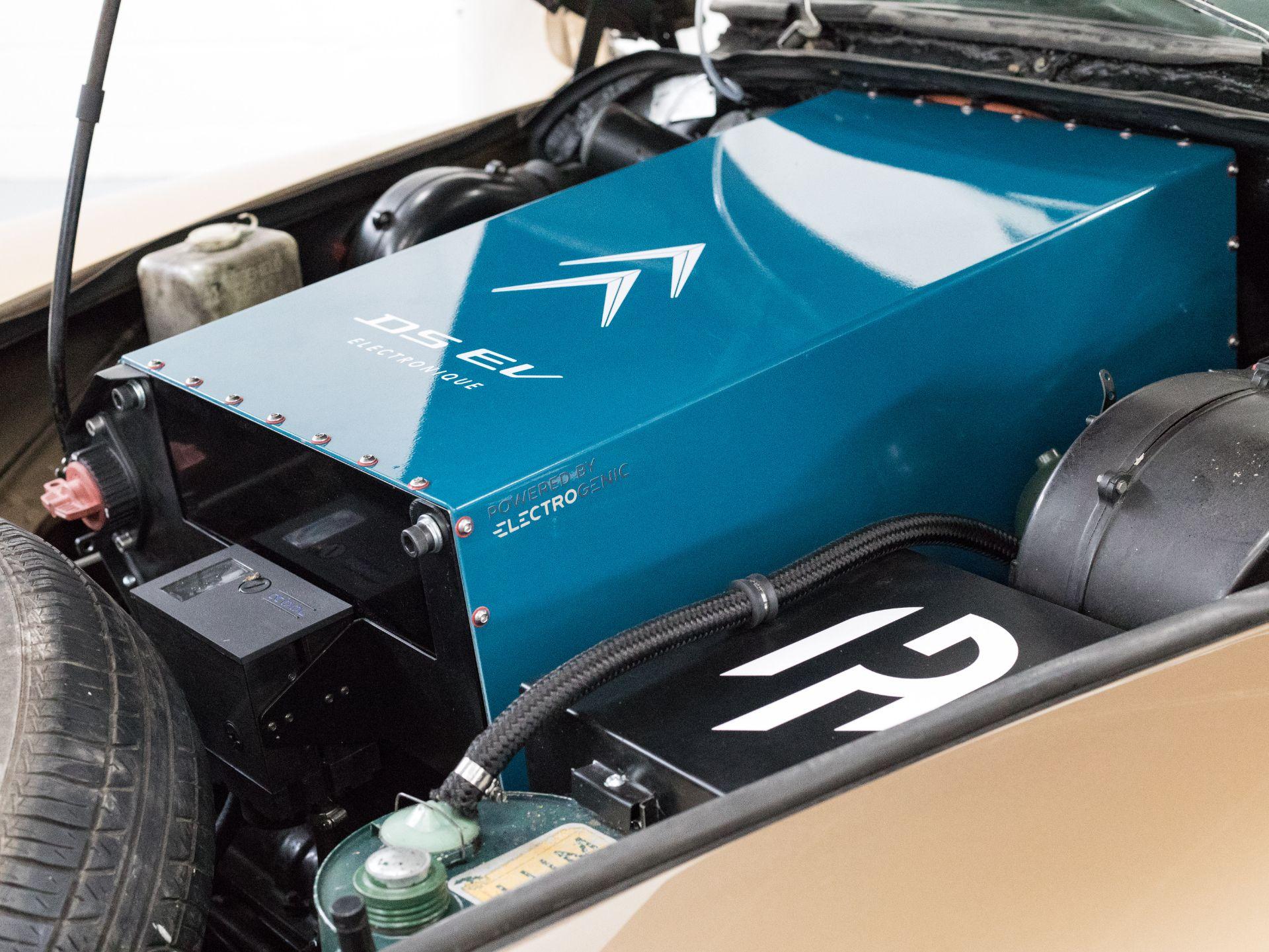 Британская фирма превратила классический Citroen DS в электрокар
