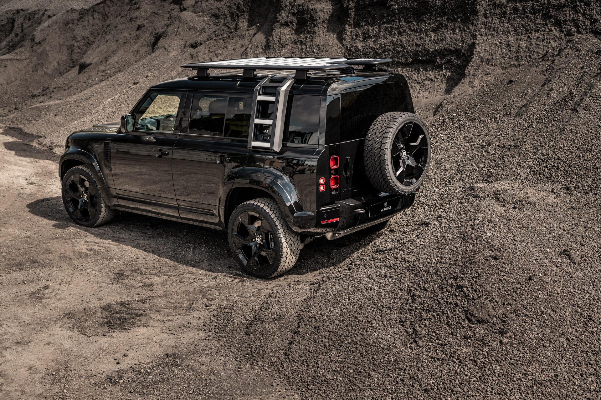 Ателье Heritage Customs поддержало лаконичностей Land Rover Defender черным декором