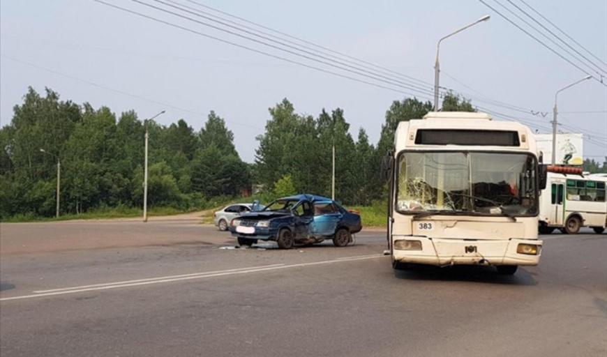 В Томске в аварии с троллейбусом пострадали четыре человека