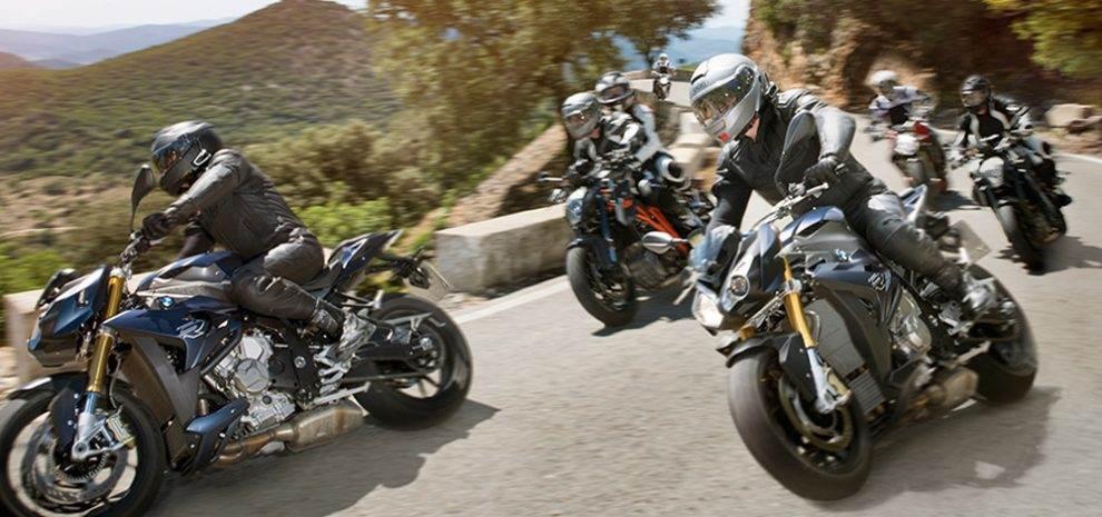 В РФ мотоциклистов могут начать штрафовать за опасное лавирование