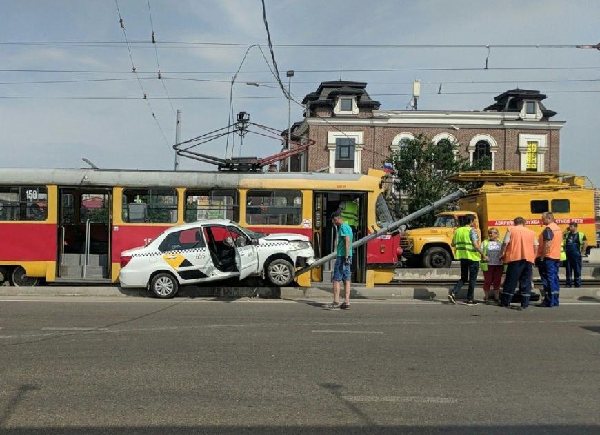В Краснодаре таксист не поделил дорогу с трамваем