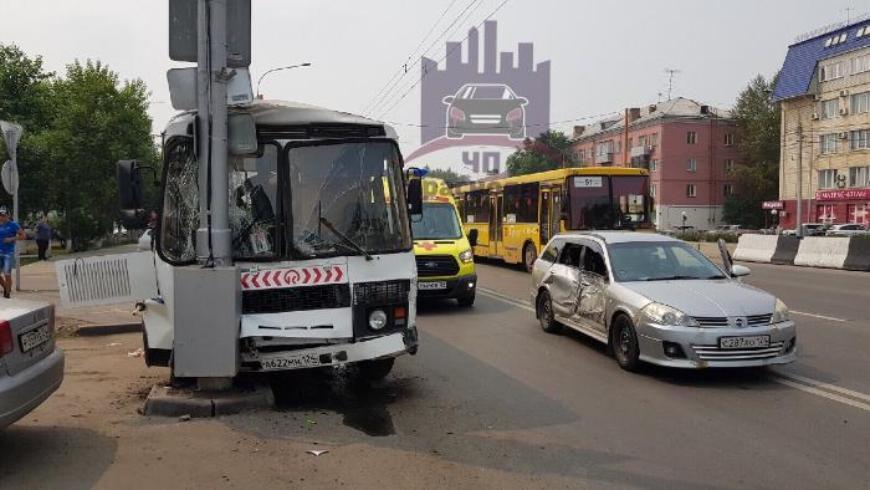 В Красноярске иномарка врезалась в пассажирский автобус