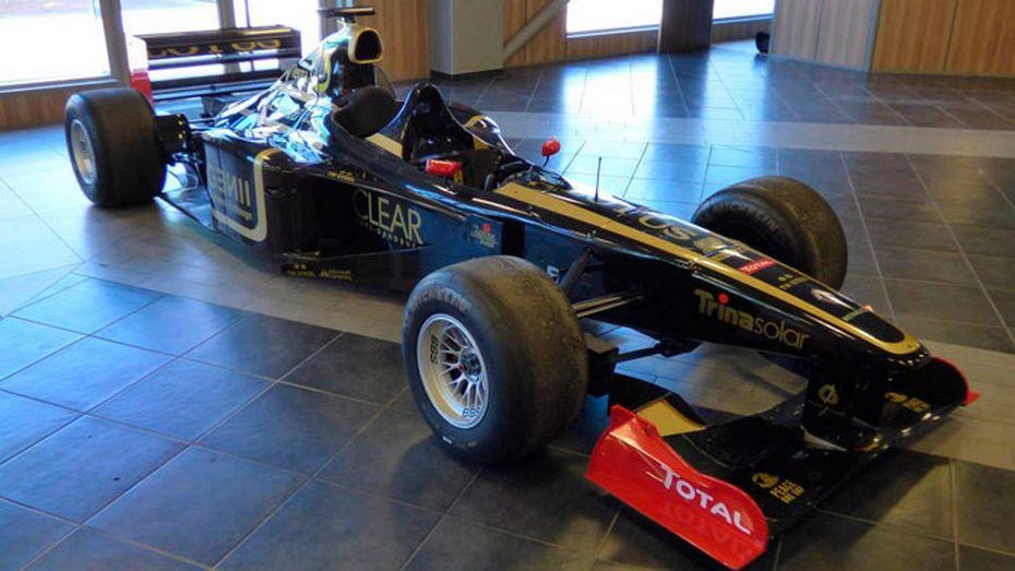 ВоФранции наторги выставили 2-местный гоночный болид Формулы-1