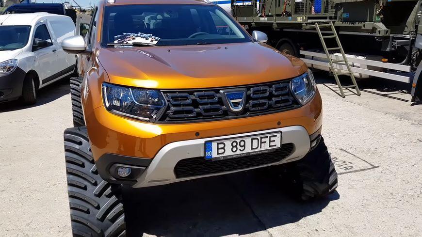 Renault Dacia Duster нового поколения переобули в гусеницы и добавили пулемет