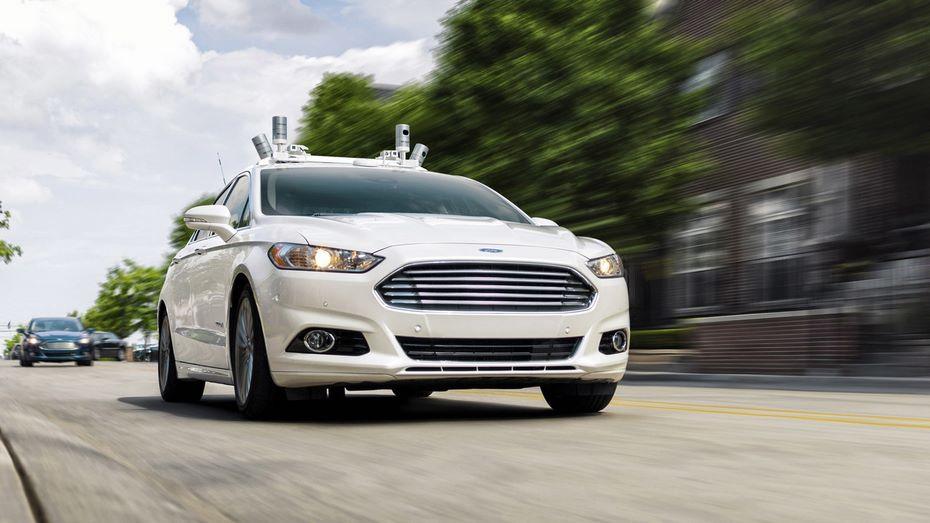 Форд планирует выпускать гибридные беспилотные машины, сделанные набазе полицейских авто