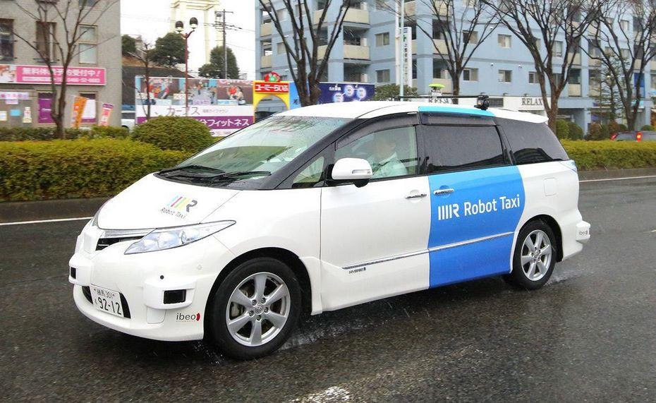 ВЯпонии тестируют беспилотный микроавтобус наоживленной дороге