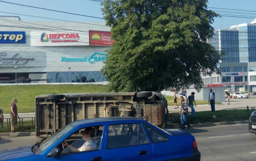 В Рязани возле торгового центра перевернулся автомобиль