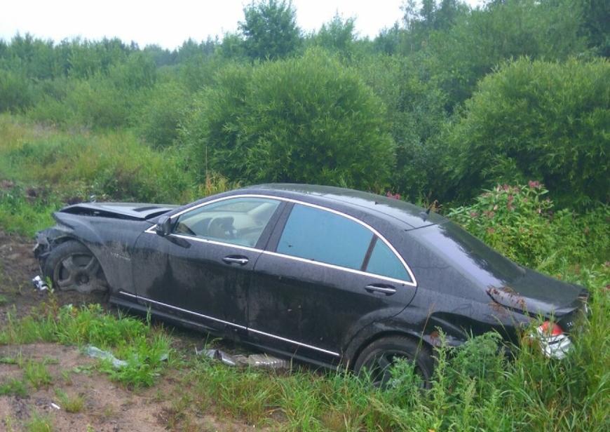 В Петербурге на обочине оставили аварийный автомобиль