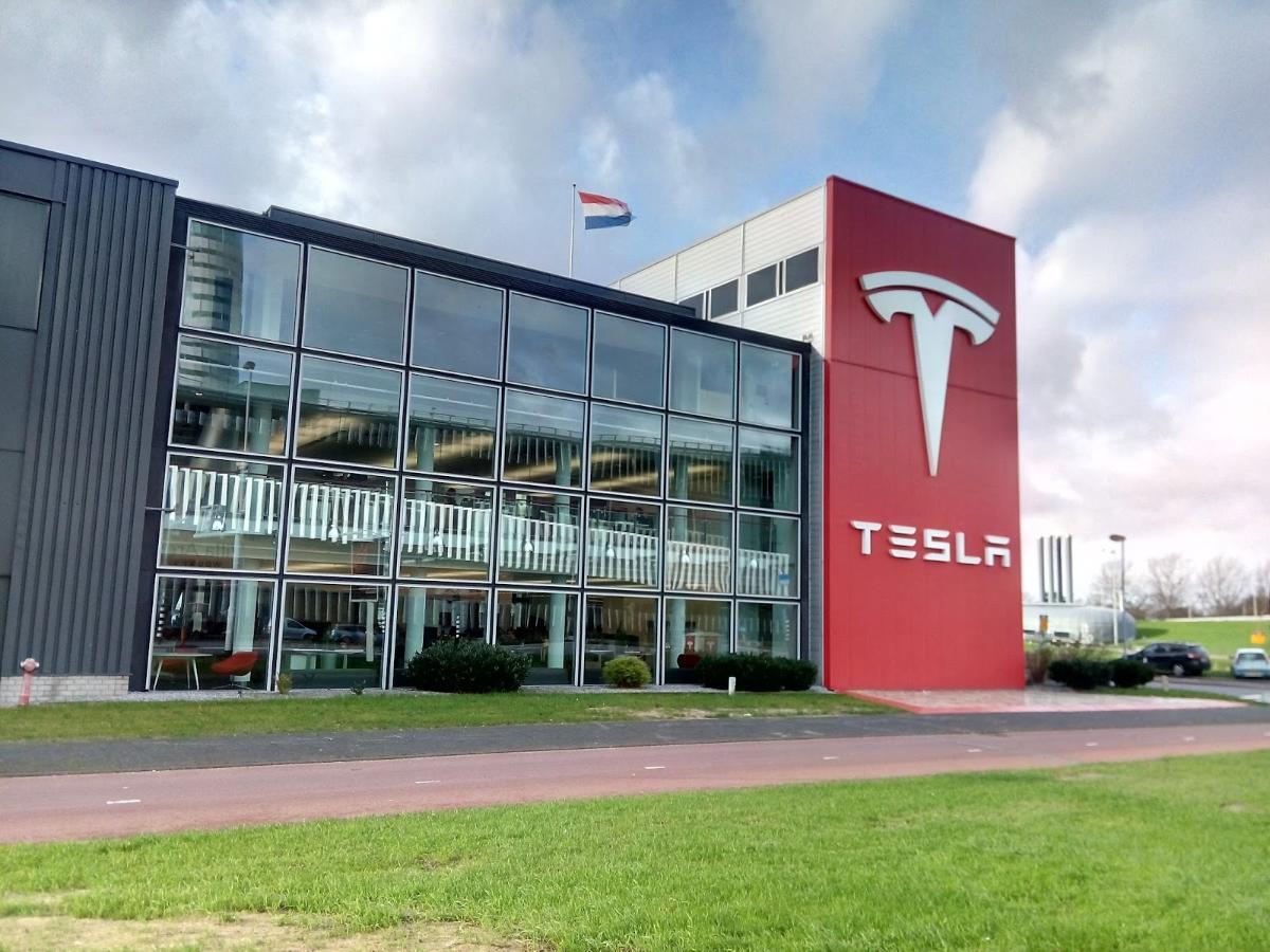 Производитель электрокаров Tesla вышел на рекордную квартальную прибыль, а его выручка взлетела на 74%