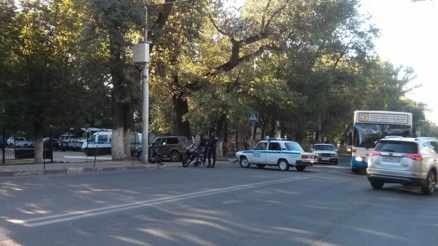 В Саратове мотоциклист врезался в патрульную машину