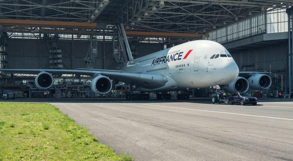 Стоковый Порш Cayenne отбуксировал 285-тонный самолёт инесломался