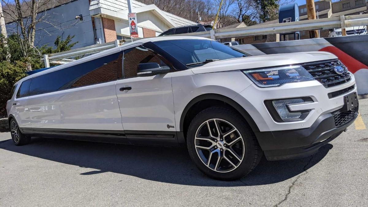 На аукционе продается кроссоверный лимузин Ford Explorer