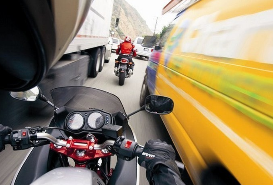 В России предложили разрешить мотоциклистам ездить между рядами