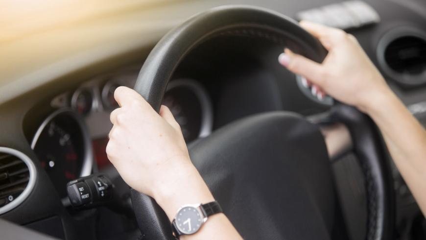 Водителям в России объяснили, можно ли крутить руль автомобиля на месте