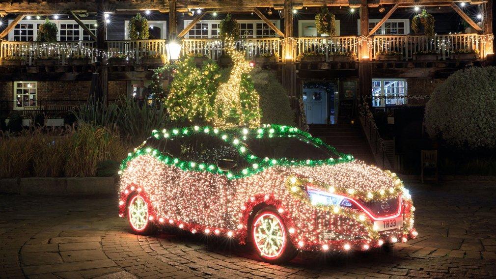 Из Nissan Leaf сделали «рождественскую елку»