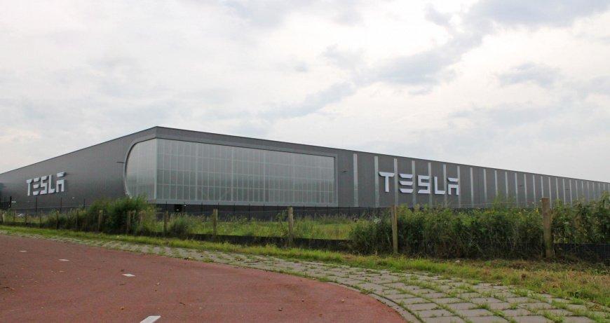 Компания Tesla решила закрыть свой первый европейский завод