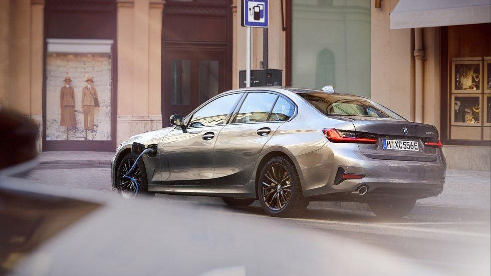 Названы цены на гибридную версию BMW 330e