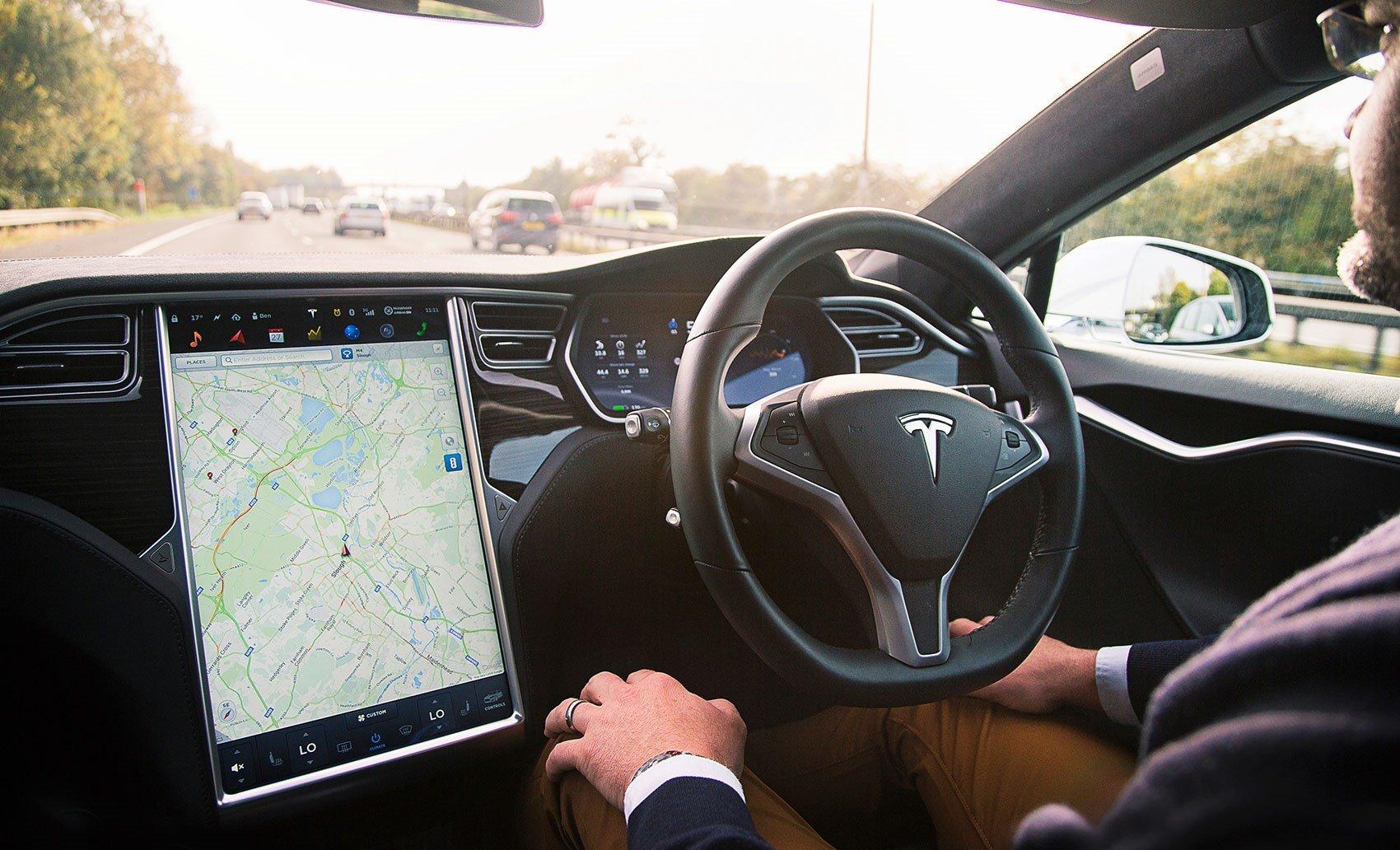 Tesla дистанционно отключила автопилот Model S, за который не заплатили