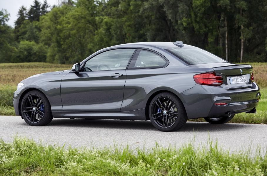 В интернете появились снимки нового купе BMW 2 серии