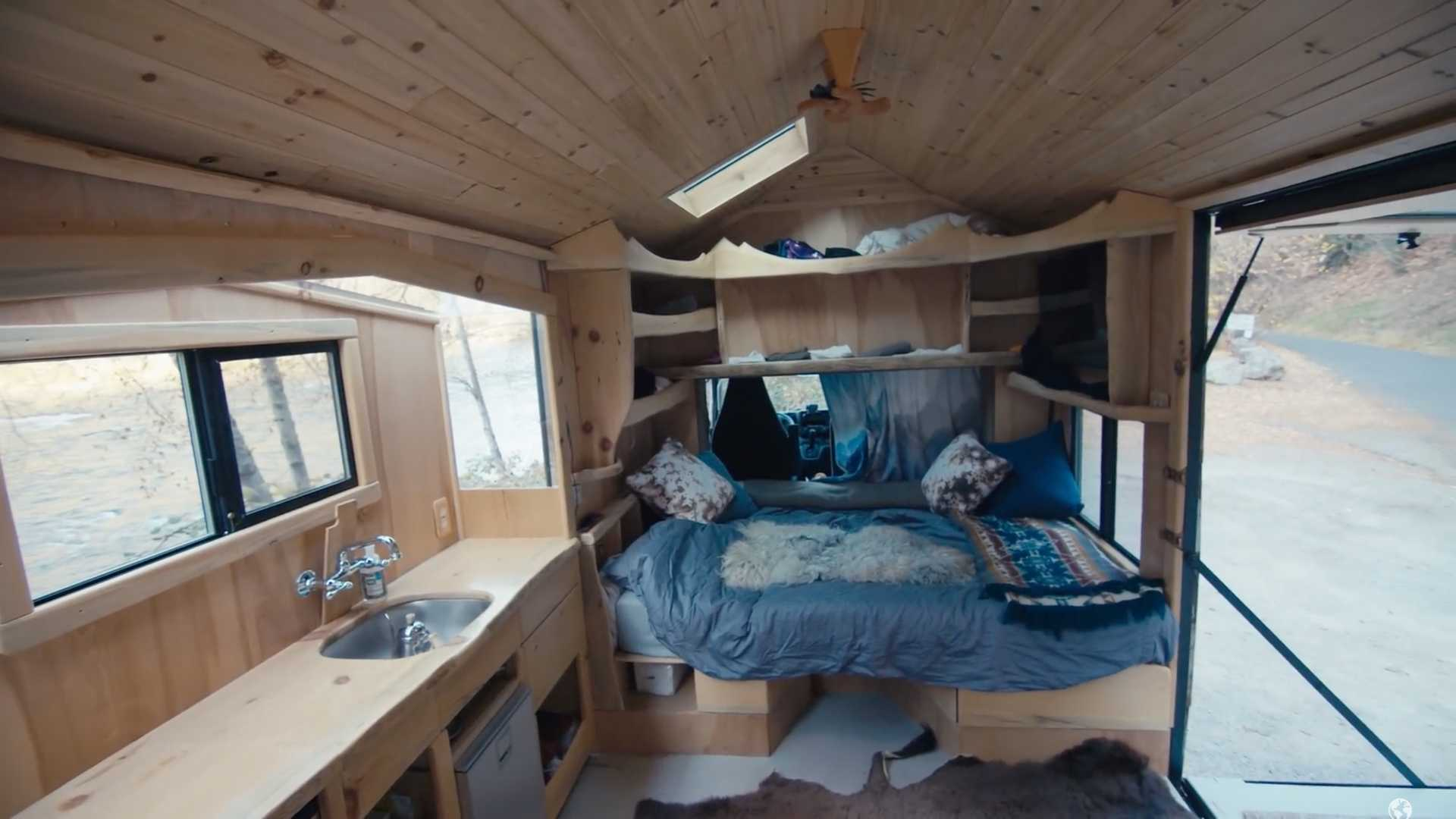 В этом автодоме есть все необходимое и даже ванная в полу и дровяная печь