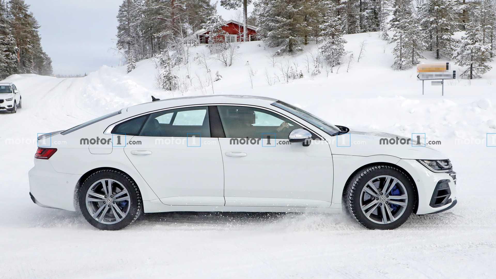 Замечен прототип «заряженного» флагманского лифтбэка Volkswagen Arteon R
