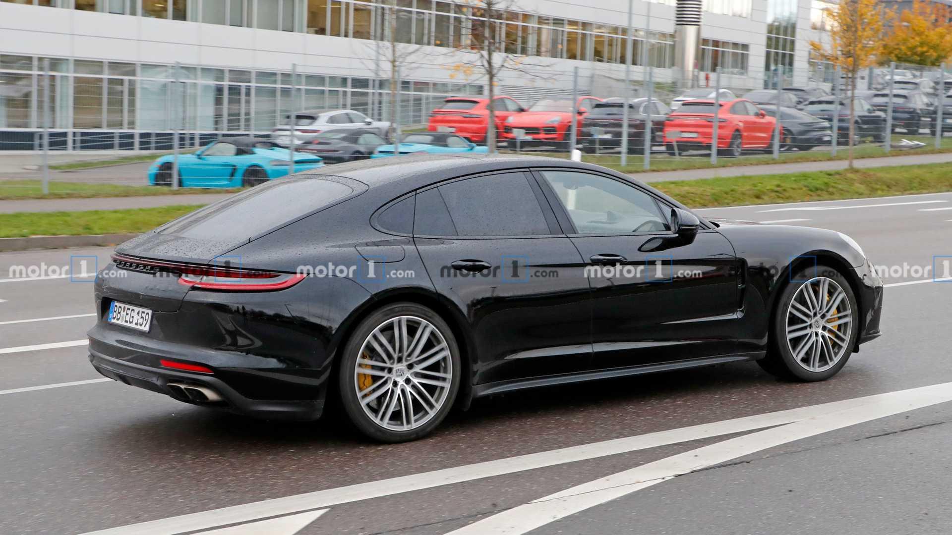 В Сети появились первые фотографии интерьера обновленного Porsche Panamera