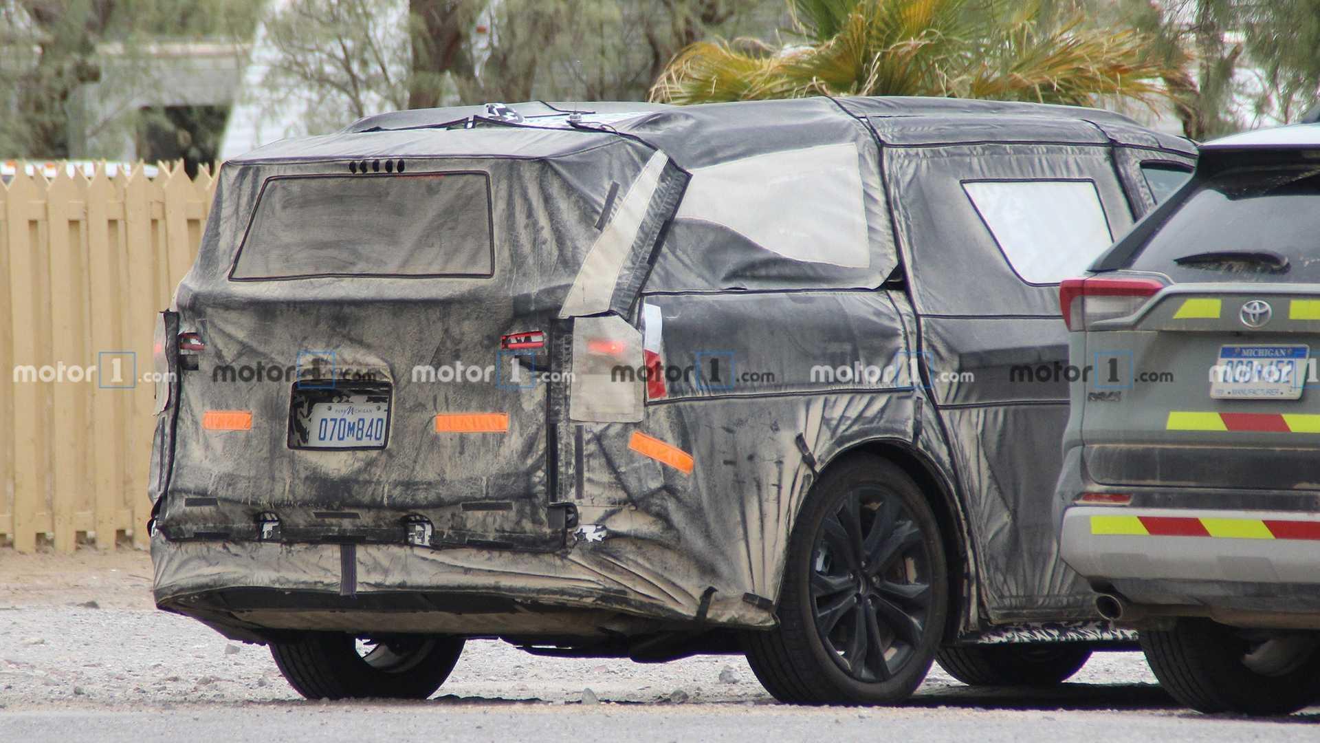 Toyota представит две новых гибридных модели 18 мая
