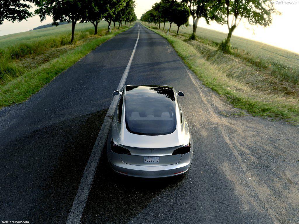 Компания Tesla презентует весной двухмоторную версию седана Model 3