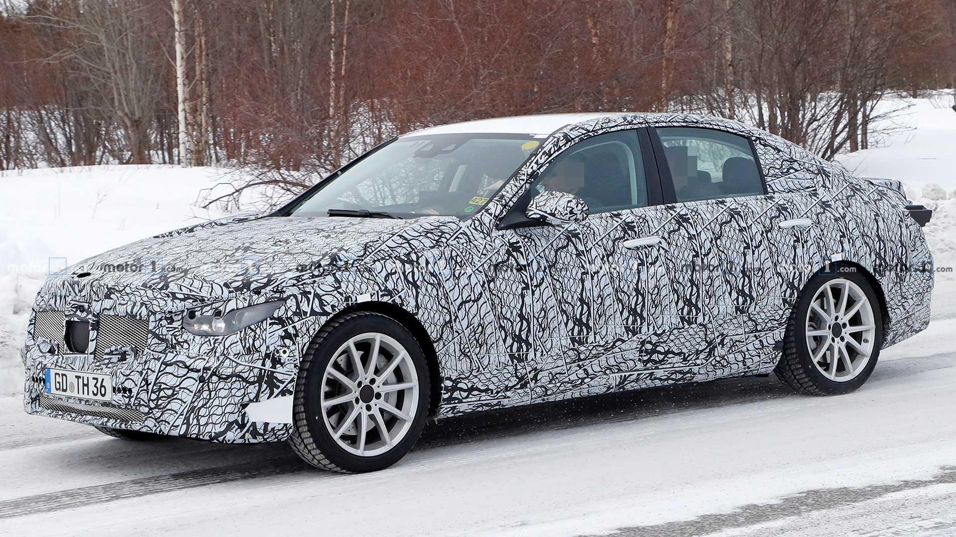 Появились изображения обновленного седана Mercedes C-класса