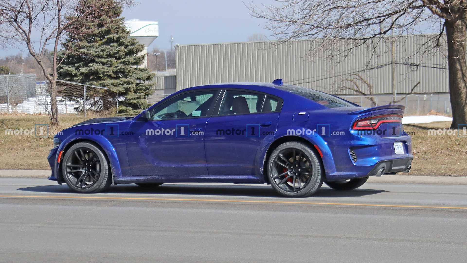 В сети появились первые снимки Dodge Charger в мощной версии SRT Hellcat Redeye