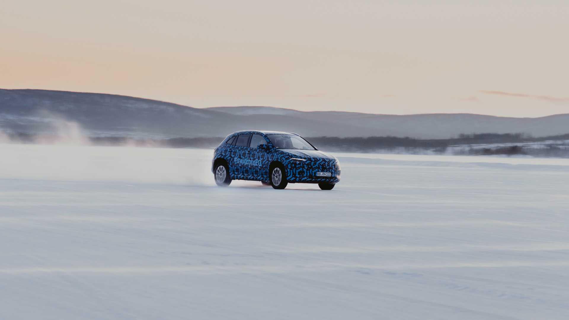 Mercedes показал электрический кроссовер EQA на фото