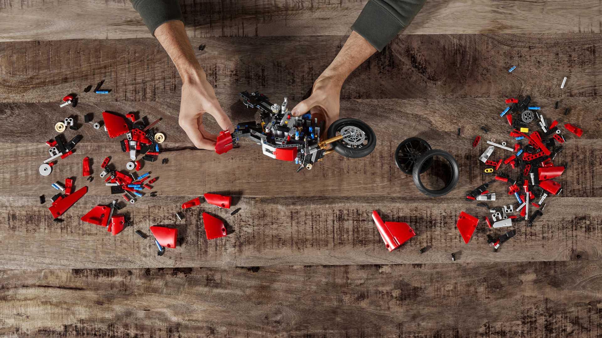 Супербайк Ducati Panigale V4 R можно собрать из LEGO