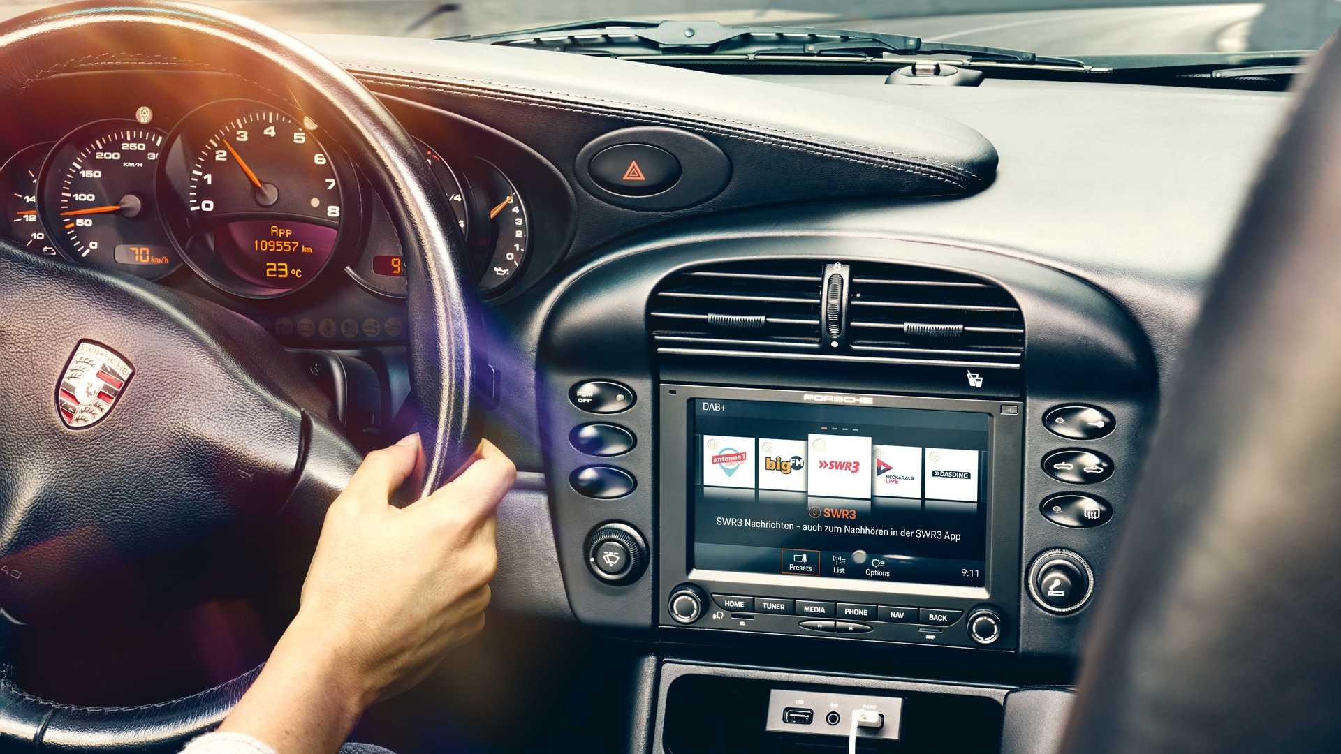 50-летние Porsche 911 получили Apple CarPlay и цифровое радио