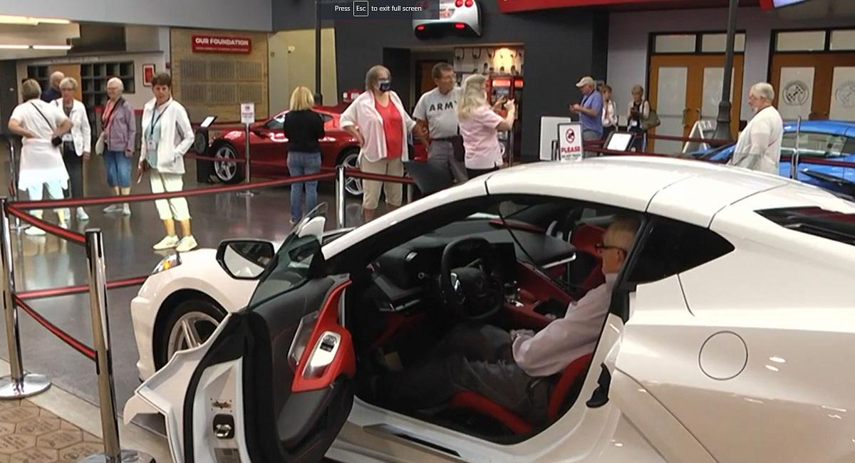 95-летний ветеран Великой Отечественной войны получил Corvette 2022 всего через 30 дней после заказа