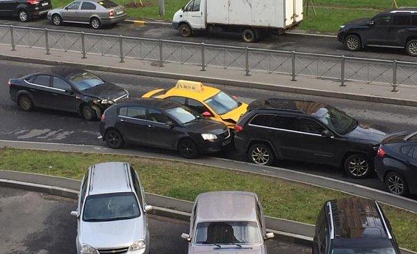 В Санкт-Петербурге произошло массовое ДТП с участием такси