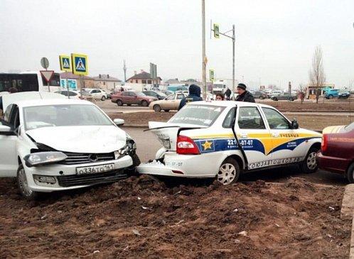 В центре Екатеринбурга в ночной аварии сошлись две легковушки