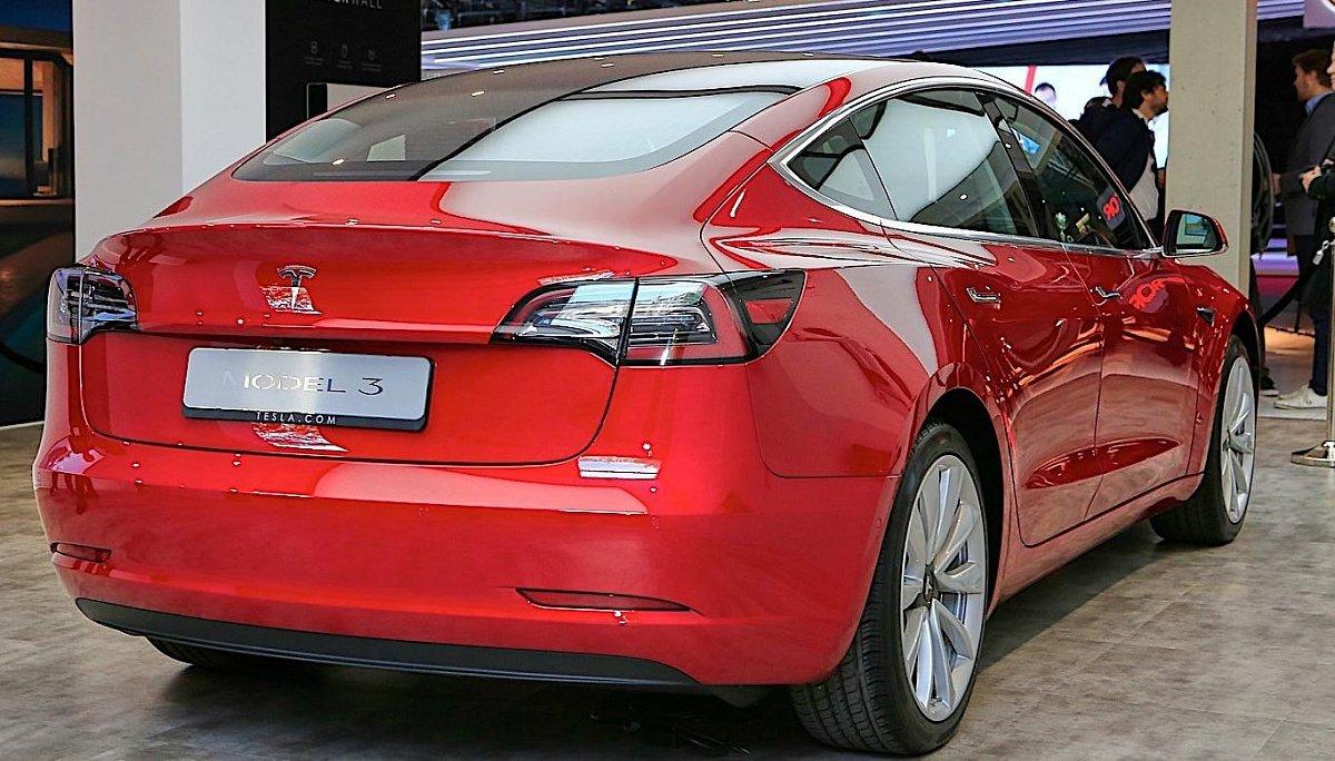 Tesla достигла производства тысячи электромобилей вдень