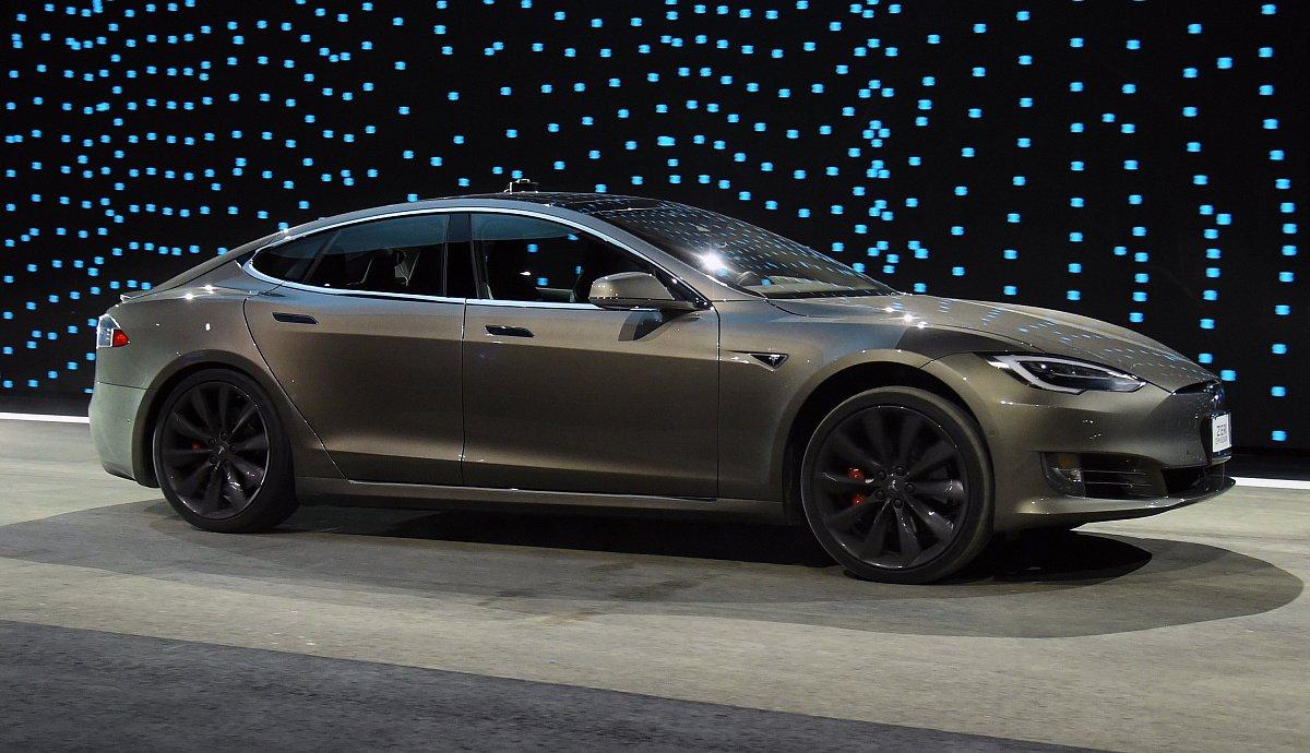 Tesla Model 3 уже начала прибывать к официальным дилерам